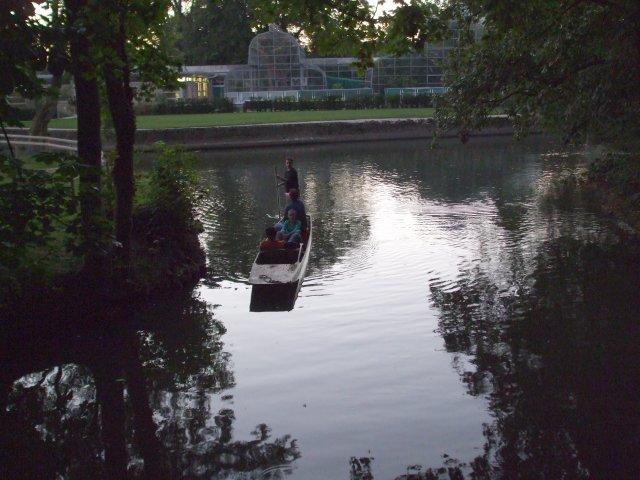 Туристы катаются на лодках с плоским дном