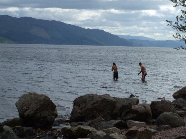 Эти двое молодых людей захотели искупаться в озере Лох-Несс