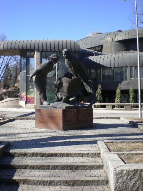 """Скульптура """"Читатели"""" у центральной библиотеки Тампере"""