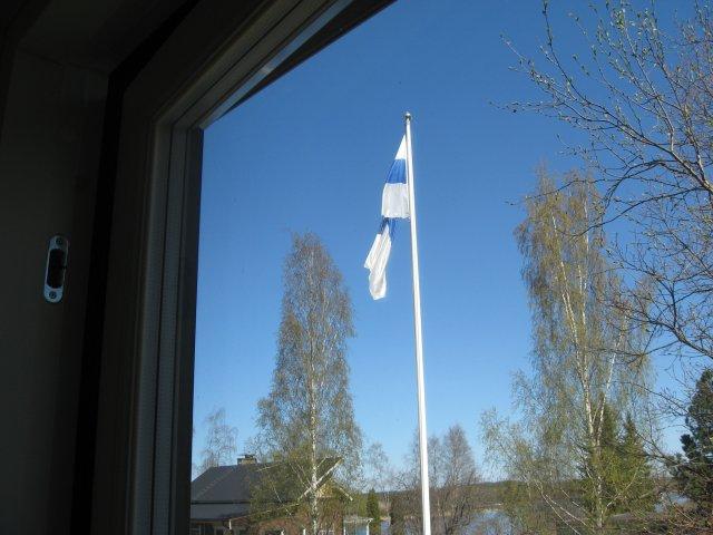 В дни национальных праздников во дворах финских домов поднимают флаги. Обычно они находятся на флагштоке с 9 до 18. Важно:
