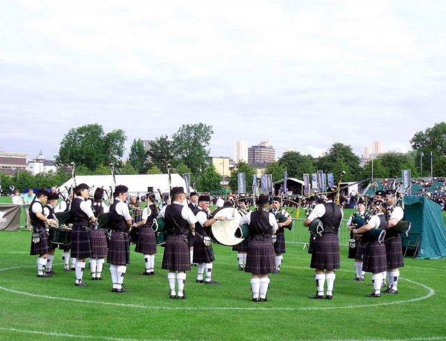 Выступление артистов в парке Глазго-Грин, Шотландия, Великобритания