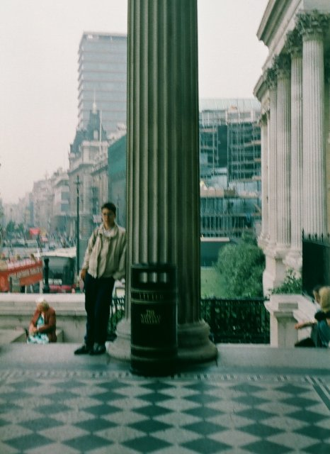 Сын Тима у входа в Национальную галерею в Лондоне. /годом позже/